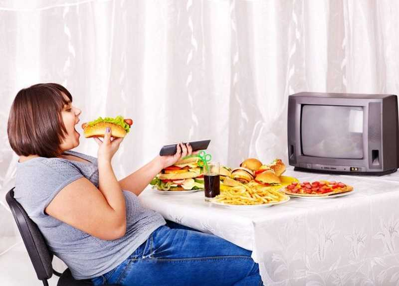 еда с телевизором