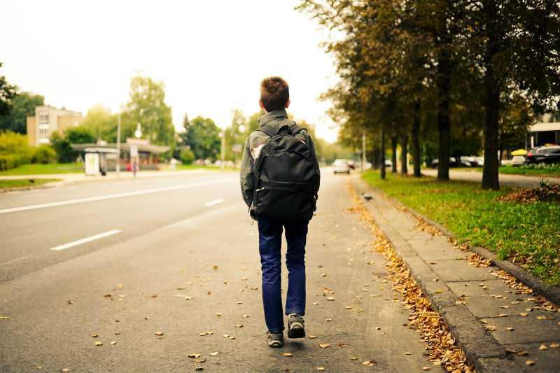 Ребенок прогуливает школу