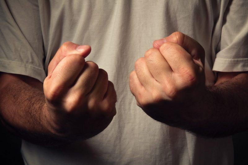 Сильно сожмите руку в кулак