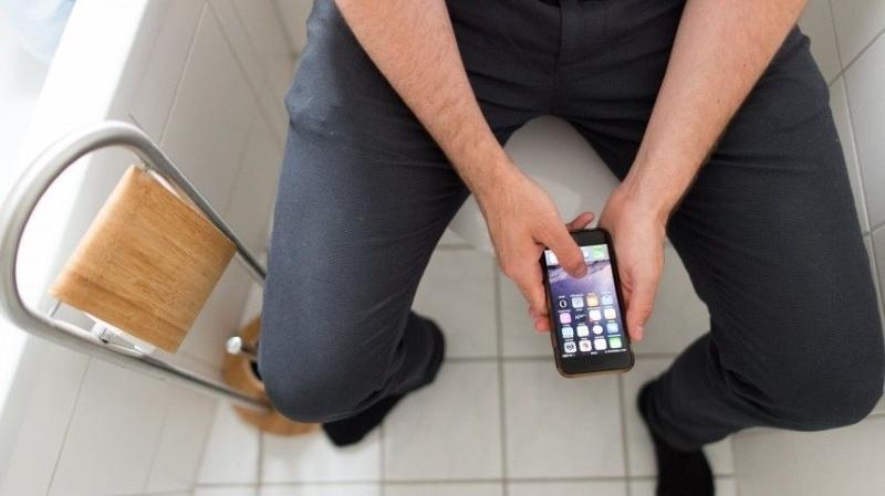смартфон в туалете