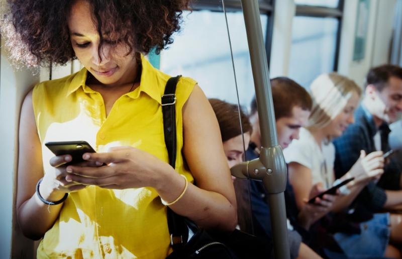 пассажиры со смартфонами